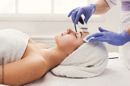 Photo  Woman getting facial treatment at beauty salon
