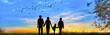 Leinwandbild Motiv familia feliz paseando por el campo