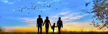 Familia Feliz Paseando Por El Campo