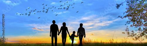 Photo familia feliz paseando por el campo