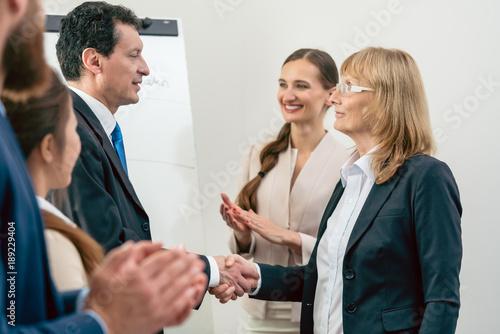 Fotografie, Obraz  Business Manager bei Handschlag im Büro feiern Vertrag und Erfolg