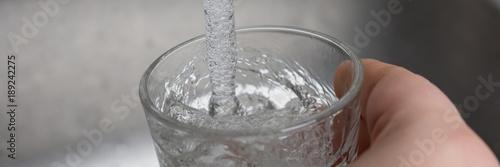 Fotografie, Obraz  Wasser in ein Glas eingießen - Banner