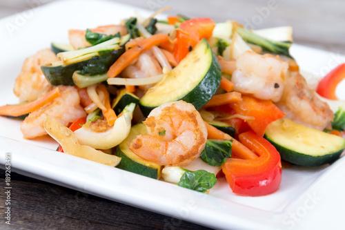 Photo  Shrimp stir fry with vegetables dinner