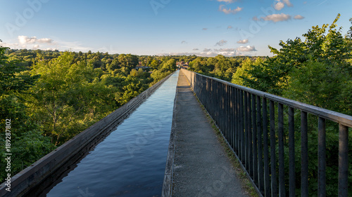 Foto View over the Pontcysyllte Aqueduct near Trefor in Wrexham, Wales, UK