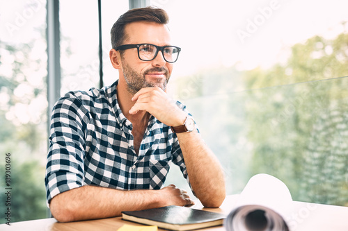 Fotografía  Thoughtful designer sitting at desk in modern office