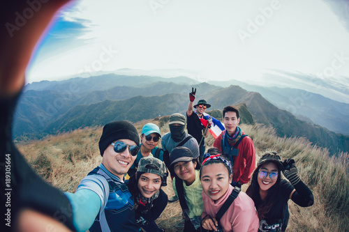 Fotografia  Friends Taking Selfie at the top of mountain