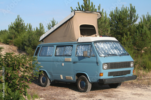 Photo  a small camper van has a roof lift to sleep everywhere on summer vacation