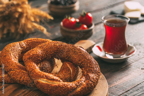 Photo Turkish Simit Bagel on Rustic Table