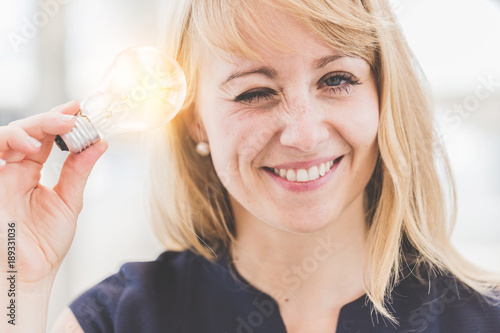 Photo  beautiful caucasian woman smile and hand hold light bulb with happiness creativi