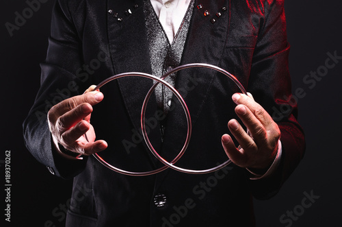 Tableau sur Toile Magician shows trick with metal rings