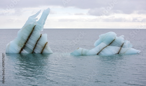 Papiers peints Arctique Melting icebergs in Arctic ocean