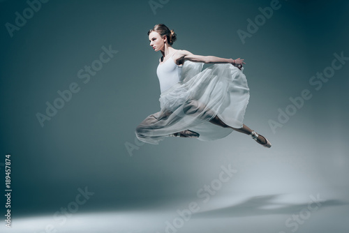 Photo attractive ballet dancer jumping in white dress