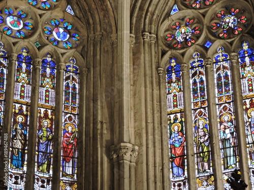 Espectaculares vidrieras renacentistas en el interior de la catedral de Palencia, España