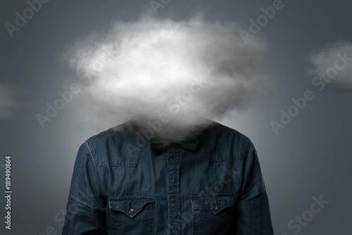Photo Mann hat Wolke über dem Kopf