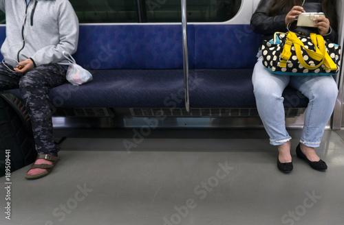 電車車内 離れて座る乗客 Wallpaper Mural