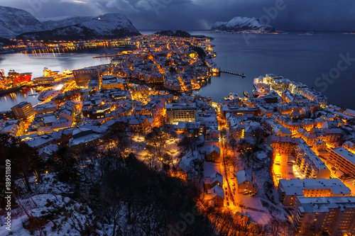 In de dag Scandinavië Panoramic view of the town of Alesund at sunset from Aksla hill.