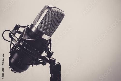 studio-nagraniowe-czarny-mikrofon-muzyka-spiew