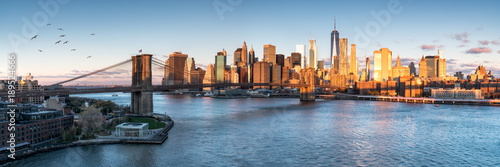Photo Stands New York City East River mit Blick auf Manhattan und die Brooklyn Bridge, New York, USA