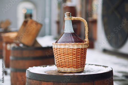 Papel de parede Bottle of red wine in wicker basket