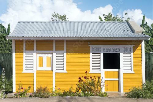 Typical Caribbean house, yellow. Fototapete