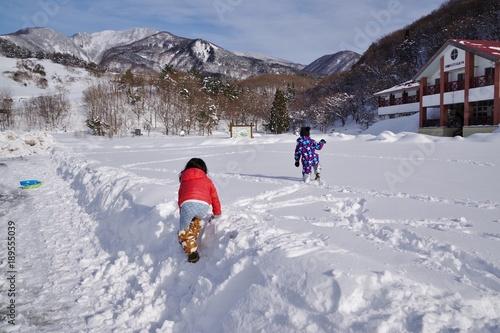Fotografie, Obraz  雪原を歩く子供
