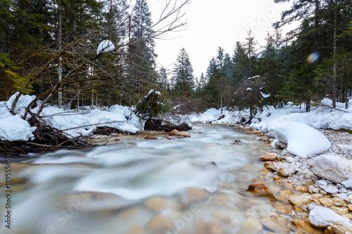 Poster Oceanië Mountain river in winter