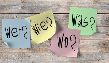 Wer, Was, Wo, Wie, Fragen auf Notizzetteln