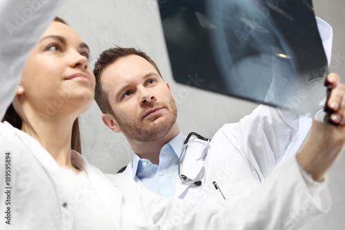 Fototapeta Radiolog ogląda zdjęci rtg, , konsultacja medyczna. obraz