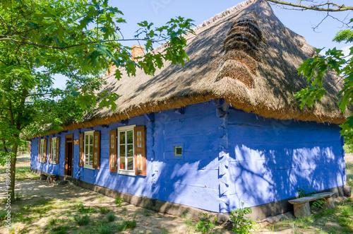 Wiejska chata w skansenie w Maurzycach