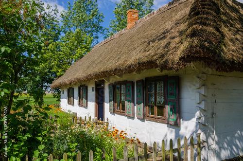 Fototapeta Wiejska chata w skansenie w Maurzycach pod Łowiczem obraz