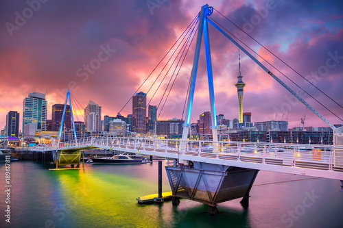 Montage in der Fensternische Neuseeland Auckland. Cityscape image of Auckland skyline, New Zealand during sunrise.
