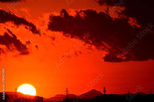 Deurstickers Rood 夕焼け/特別寒い冬の夕暮れ。綺麗な夕日とオレンジ色に染まります。