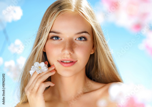 Fotografía  Beautiful girl with spring flowers. Beauty & Skin care. Spring.