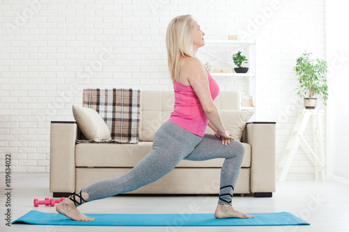 Fotografia  Middle-aged woman in her 50s stretching for exercise