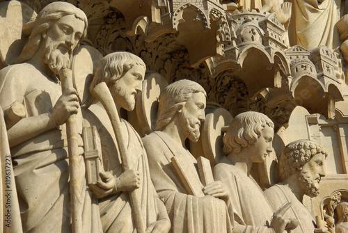 Apôtres de la façade de Notre-Dame à Paris, France Fototapeta