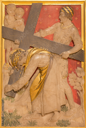 Fotomural LONDON, GREAT BRITAIN - SEPTEMBER 17, 2017: The Jesus is helped by Simon of Cyrene to carry his cross in church of St