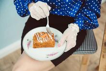 Stück Karottenkuchen Auf Teller Mit Frau