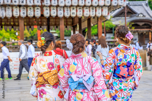 Papiers peints Kyoto Three Japanese women in kimono take picture of paper lanterns of Yasaka Shrine in Kyoto, Japan. Gion Shrine is one of the most famous shrines in Kyoto between Gion District and Higashiyama District.