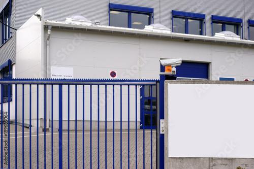 Valokuvatapetti Kameraüberwachte Werkseinfahrt  / Das kameraüberwachte Eingangstor einer Werkseinfahrt zu einem Betriebs- und Industriegelände