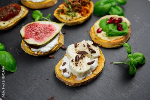 Canvas Prints Appetizer Süße und herzhafte Süßkartoffeltoasts