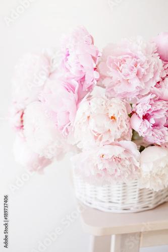 Obraz Bukiet kwiatów piwonii w wazonie - fototapety do salonu