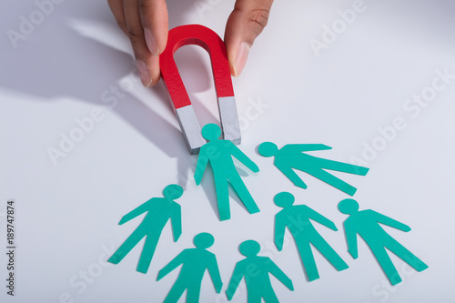 Foto  Businessperson Holding Magnet Attracting Paper Candidates