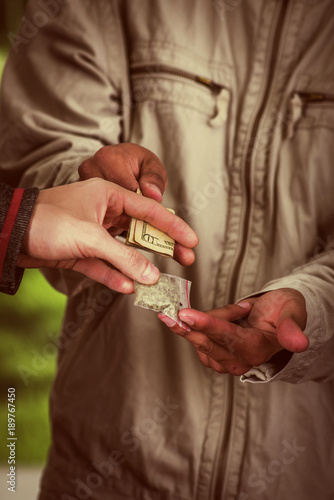 Fotografía  Close up of a man addict and dealer trafficking, addict with money buying dose f