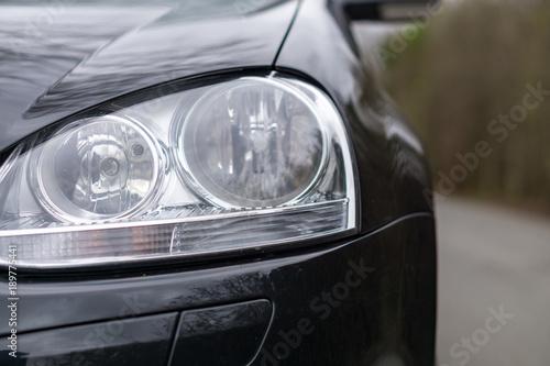 Scheinwerfer eines schnellen Autos – kaufen Sie dieses Foto und ...