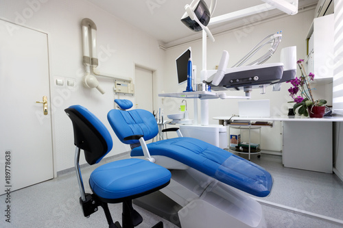 Fotomural Dental ordination with blue dental chair