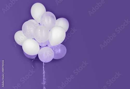 Photo  white helium balloons on ultra violet background