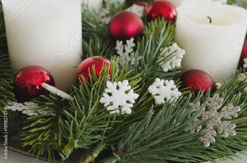 Adventskranz Aus Christbaumkugeln.Adventskranz Nahaufnahme Details Mit Weissen Kerzen Weissen