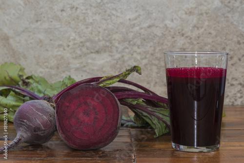 zumo de remolacha roja y remolacha sobre la mesa