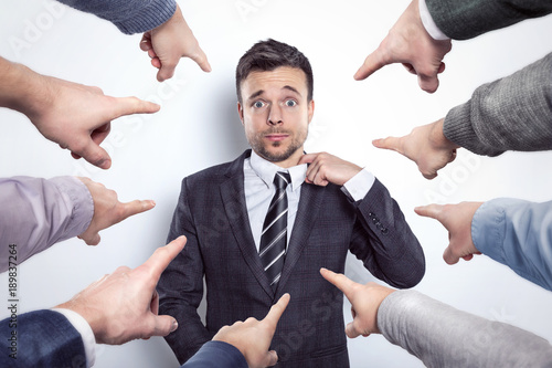 Viele Finger zeigen auf einen Geschäftsmann Slika na platnu