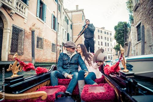 Spoed Fotobehang Gondolas Couple sailing on venetian gondola